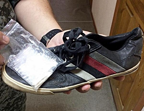Мужчина пронес в СИЗО порошок в кроссовке