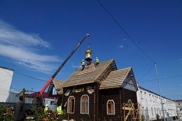 Водружение купола и креста на храм
